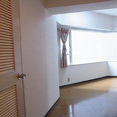 玄関はいると奥には大きな窓のあるお部屋が。