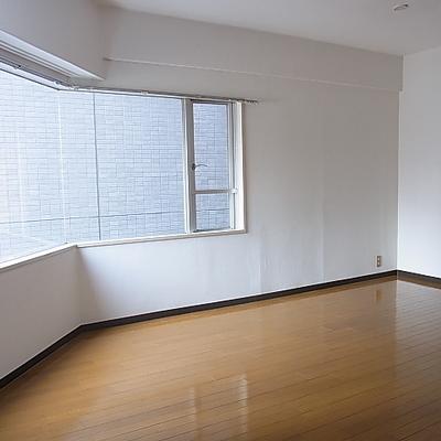 これだけ大きい窓なので室内は明るめです。