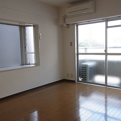 もう一つのお部屋。2面採光で出窓なのがいいですね。