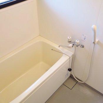 お風呂には小窓がついていますね。※写真は前回掲載時のものです。