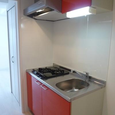 赤いキッチンがカワイイ