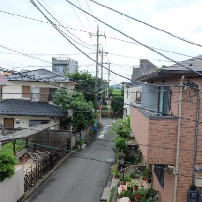 周りは閑静な住宅街がつづいています