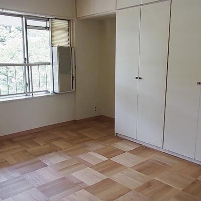 収納スペースたっぷりの洋室