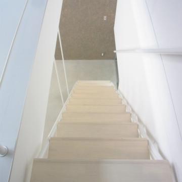 階段の方を見る。