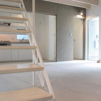 階段下のスペースはうまく使いたいところ。