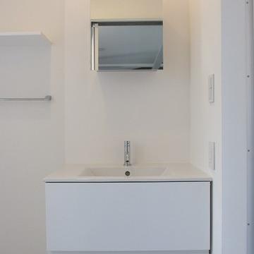 真っ白な独立洗面台。脱衣所としても◎