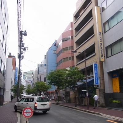 マンション前の道路:オフィスが多いです