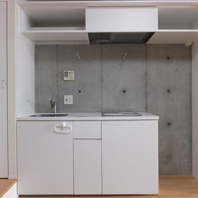 キッチン横には冷蔵庫置き場と、ちょっとした収納があります。※写真は前回募集時のもの