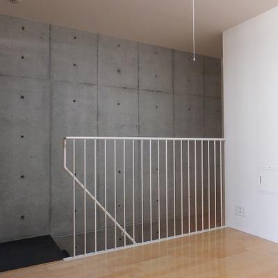 玄関からの階段の壁もコンクリート。※写真は前回募集時のもの