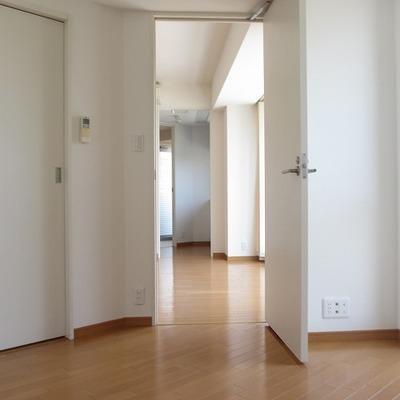 ベッドルーム〜キッチンまで一直線。