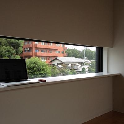 スリットの窓※写真は別部屋のもの