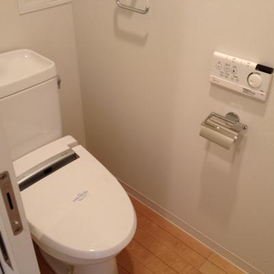 ※写真は別部屋のものトイレ