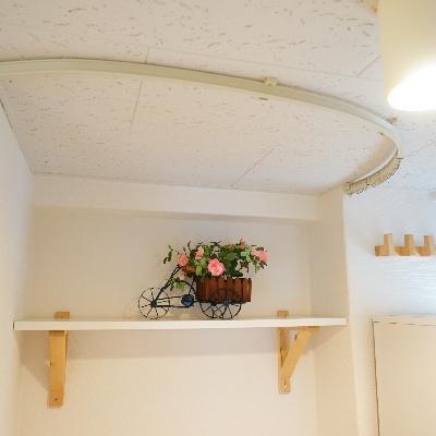 洗濯機置場の上には棚が♪カーテンで隠せます!
