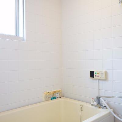 お風呂は追い焚きと窓が付いてます♪