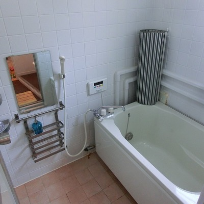 浴槽も広く、追炊き付き。水回りは多少古さがでてきています。