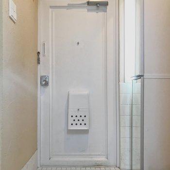 玄関は白いタイルで清潔感あります