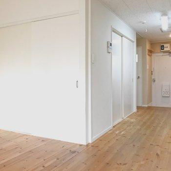寝室にできそうな居室は2面に引き戸が付いていて、開けて広々使えます!
