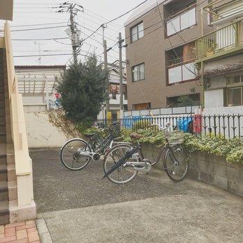 駐輪場は建物の前に設けられてます