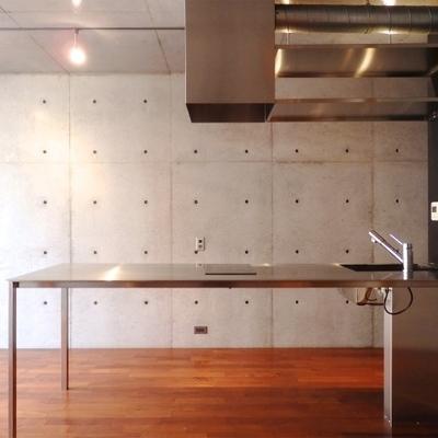 IH2口のキッチン。広い調理スペースが嬉しい。