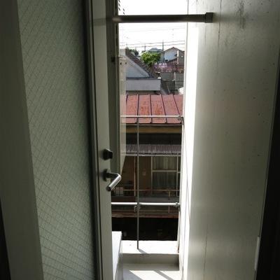 ベランダは狭いです(写真は3階です)