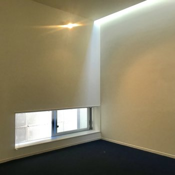 【下階】寝室の風通しもよさそうです。天窓からも陽が当たりますよ◎※写真は前回募集時のものです