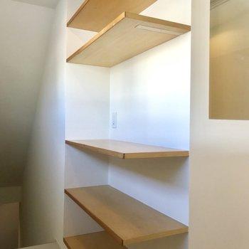 【上階】階段手前には棚が。何を置こうか迷いどころです。※写真は前回募集時のものです