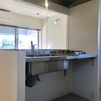 【上階】キッチン下が無骨でかっこいい!棚を設置しましょう。※写真は前回募集時のものです