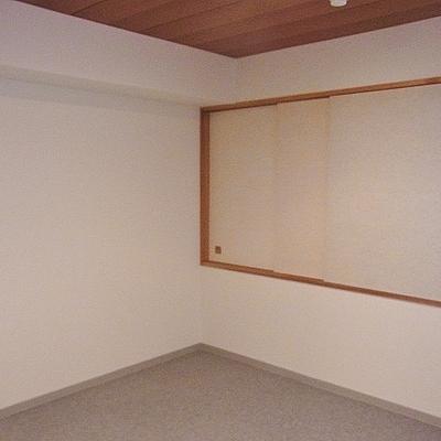 寝室側から見て。床はカーペット