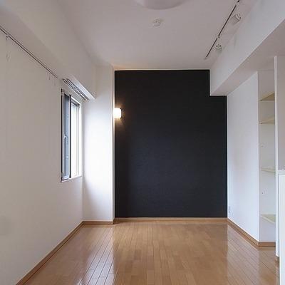 窓が多く明るい印象の室内