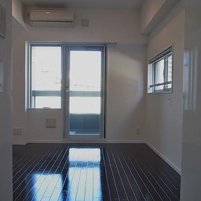 床は黒です※写真は別部屋です。