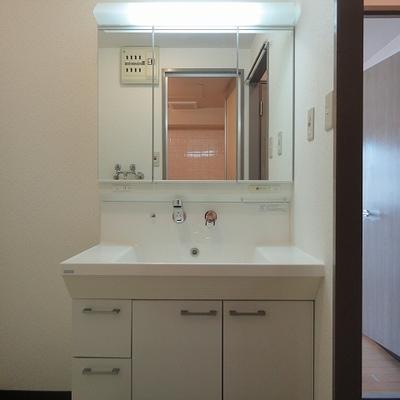 三面鏡の洗面台