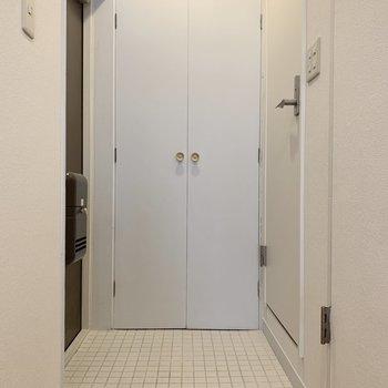 白タイルが綺麗な玄関。