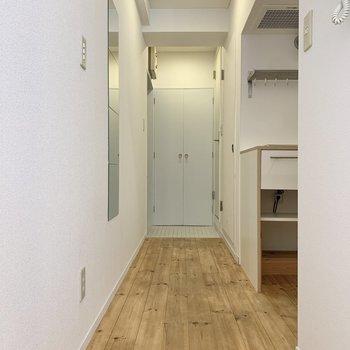 廊下には姿見があります。