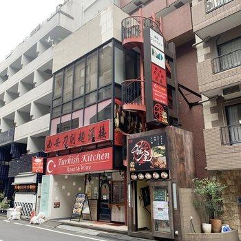 1階には飲食店が入っています。
