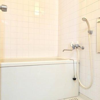 シンプルな浴室※写真はクリーニング前のものです