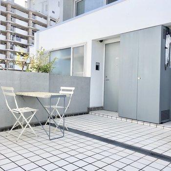 お部屋の前のスペースにはテーブルとイスがあります