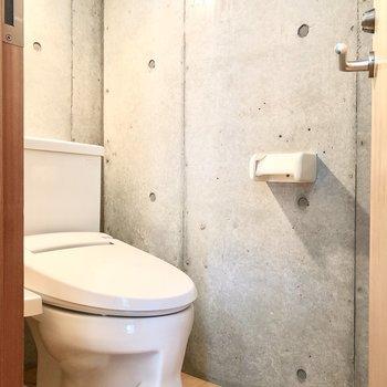 トイレの壁もコンクリートです※写真はクリーニング前のものです