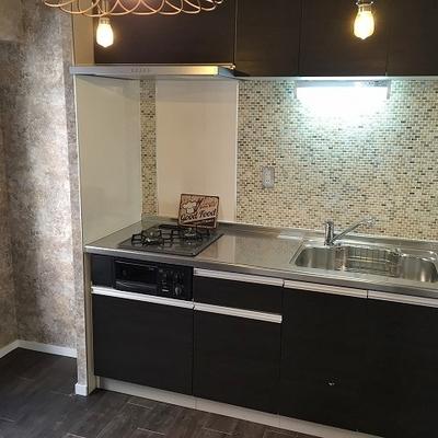 キッチンはシステム式。隣に冷蔵庫置場。更に窓。