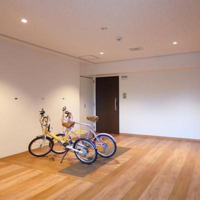 オシャレな共有部。ベビーカーや自転車が置けます