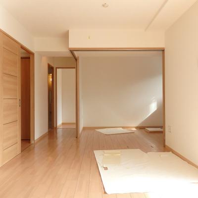 リビングの隣には、引き込み戸で区切れる洋室が1間あります