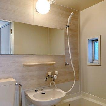 鏡は横に長いので使い勝手が良さそう。小窓もあって、換気もできちゃう◯