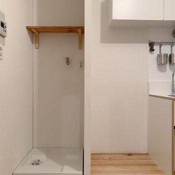 お隣には冷蔵庫置場に洗濯機置場。カーテン吊って目隠しすると生活感も隠せそう。