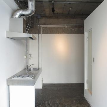 剥き出しの天井、ざらざらの床、クールです※画像は別室です