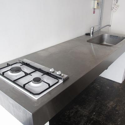 ステンレスのキッチンは作業スペースが本当に広い。メンズキッチン!※画像は別室です