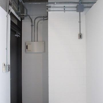 玄関の雰囲気。右側は冷蔵庫を置くスペース。たぶん。※画像は別室です