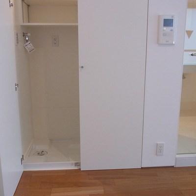 洗濯機置き場は扉で隠します。
