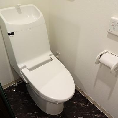 トイレももちろんウォシュレット付き
