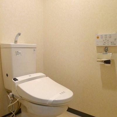 ウォシュレット付きトイレです。※写真は別室
