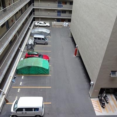 共有部を見下ろすと駐車場。広い。