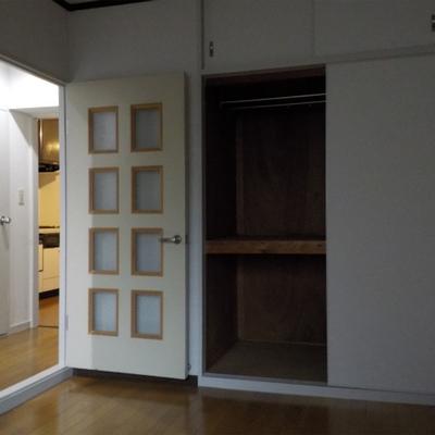 寝室1。玄関となりのお部屋です。